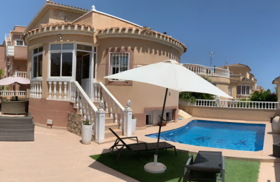 Chalet independiente con piscina privada en Orihuela Costa